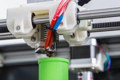 3d printer met heldergroene gloeidraad Stock Fotografie