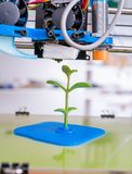 3d printer van het apparaat tijdens processe Jonge plant het groeien Stock Afbeeldingen