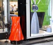 3D printer werkt en leidt tot een voorwerp van het hete gesmolten plastiek Stock Foto's