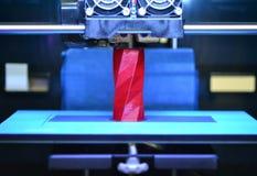 3D printer werkt en leidt tot een voorwerp van het hete gesmolten plastiek Royalty-vrije Stock Foto's