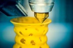 3d printerdruk heeft gele vormclose-up bezwaar Royalty-vrije Stock Afbeeldingen