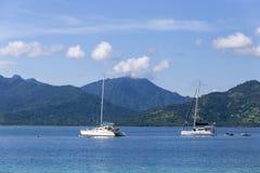 Łódź przy raju zwrotnika wyspą Zdjęcie Royalty Free