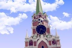 3d que rende a bola de futebol perto do Kremlin de Moscou ilustração stock