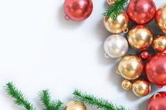 3d que rende a bola vermelha metálica do ouro do assoalho branco da opinião superior do fundo do Natal ilustração do vetor
