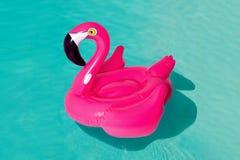 3d różowią flaminga, tropikalnego ptasiego kształta basenu nadmuchiwany pierścionek, tubka, pławik Wakacje wakacyjny gumowy przed fotografia stock
