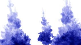 3d rendem da tinta azul dissolvem-se na água no fundo branco com o resíduo metálico do luma como o canal alfa para efeitos visuai vídeos de arquivo
