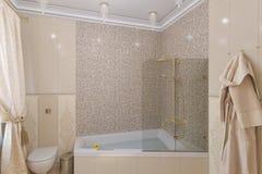 3d rendem o design de interiores luxuoso do banheiro em um estilo clássico Fotografia de Stock Royalty Free