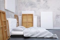 3d rendem o quarto com uma cama e as imagens no assoalho e na parede Artista do estúdio do modelo Foto de Stock Royalty Free