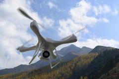 3d rendent des montagnes de quadrocopters à l'arrière-plan Radio-contr Image stock