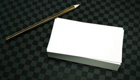 3d rendent la pile de cartes de visite professionnelle de visite propres un crayon d'isolat sur un calibre à carreaux foncé de pr Images stock
