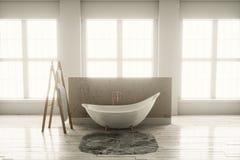 3D-rendering di una vasca su un pavimento di legno davanti ai grandi wi Fotografie Stock