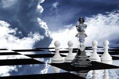 3D rendering: ilustracja szachowi kawałki szklany królewiątko szachy przy centrum z drewnianym zastawniczym szachy w plecy Zdjęcie Royalty Free