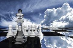 3D rendering: ilustracja szachowi kawałki szklany królewiątko szachy przy centrum z zastawniczym szachy w plecy Zdjęcia Royalty Free