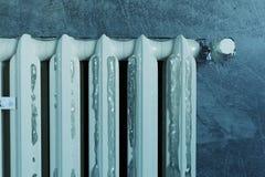 3d rendering stary upału grzejnik zakrywający z lodem przez ilustracja wektor