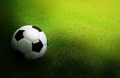 3D rendeu a bola de futebol preto e branco no futebol verde do futebol Fotografia de Stock Royalty Free