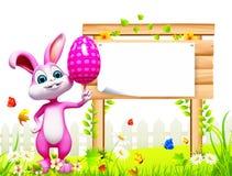 Coelhinho da Páscoa com sinal de madeira e o ovo cor-de-rosa Fotos de Stock Royalty Free