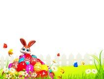 Coelhinho da Páscoa de Brown que senta-se na pilha dos ovos Fotografia de Stock Royalty Free