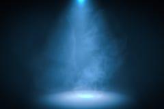 3D rendeu a ilustração do fundo azul do projetor com fumo Imagens de Stock Royalty Free