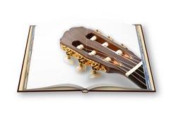 3D rendono di una chitarra classica di legno sull'isolato aperto del photobook Fotografie Stock Libere da Diritti