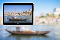 3D rendono l'immagine di concetto con una mostra digitale della compressa barche di legno portoghesi tipiche, chiamate Barcos Rab immagine stock