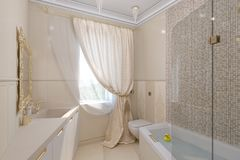 3d rinden diseño interior del cuarto de baño de lujo en un estilo clásico Foto de archivo