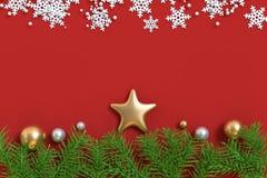 3d rinden mucho el piso rojo de la estrella de la bola de la Navidad del oro foto de archivo libre de regalías