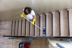 D?rrvakt Cleaning Staircase arkivfoton