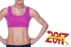 3D Samengesteld beeld van het vrouwelijke bodybuilder stellen in roze sportenbustehouder en borrels medio sectie Royalty-vrije Stock Foto's