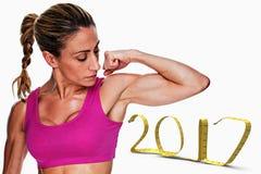 3D Samengesteld beeld van vrouwelijke bodybuilderverbuiging bicep in roze sportenbustehouder Stock Afbeeldingen