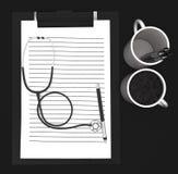 3d skyler över brister den cliped skrivplattan, pennan, koppstetoskopbegrepp Fotografering för Bildbyråer