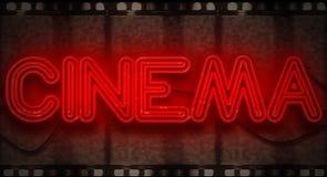 3D som framför det flimrande röda neontecknet för blinka på filmremsabakgrund, tecken för underhållning för biofilmfilm Royaltyfri Fotografi
