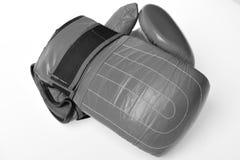 3d som isoleras på vit bakgrund Para av röda läderboxninghandskar Fotografering för Bildbyråer