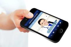 Dé sostener el teléfono móvil con sitio web del centro médico Imagen de archivo libre de regalías