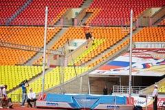 D.Starodubtsev pasa barra en la arena deportiva magnífica Foto de archivo
