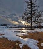 D?sterer Fr?hlingssonnenuntergang in den Altai-Bergen lizenzfreie stockfotos