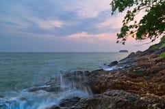 D?sterer tropischer Sonnenuntergang lizenzfreie stockfotos