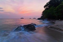 D?sterer tropischer Sonnenuntergang lizenzfreie stockbilder