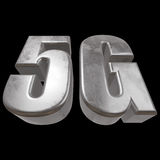 3D symbol för metall 5G på svart Arkivbilder
