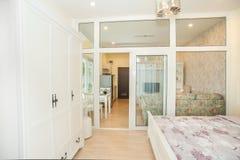 3 d sypialni otoczenia wewnętrznej pozbawione piorun zdjęcie stock