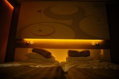3 d sypialni otoczenia wewnętrznej pozbawione piorun nowoczesny hotel Zdjęcie Royalty Free