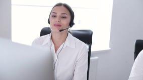 3d tła centrum telefonicznego wizerunki odizolowywali biel Kobieta operator W słuchawki Na linii specjalnej poparciu zdjęcie wideo