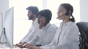 3d tła centrum telefonicznego wizerunki odizolowywali biel Uśmiechnięta kobieta W słuchawki Pracuje Przy komputerem zbiory wideo