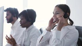 3d tła centrum telefonicznego wizerunki odizolowywali biel Uśmiechnięta kobieta W słuchawki Pracuje Przy komputerem zbiory