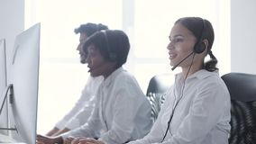 3d tła centrum telefonicznego wizerunki odizolowywali biel Uśmiechnięta kobieta W słuchawki Pracuje Przy komputerem zdjęcie wideo