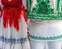 D?tail de costume folklorique roumain pour les femmes et l'homme photographie stock