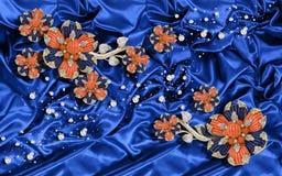 3D tapet, smyckenblommor på blå siden- bakgrund Bakgrund för beröm 3d royaltyfri illustrationer