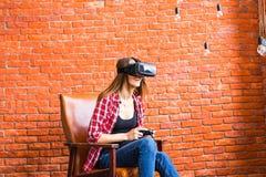 3d technologie, virtuele werkelijkheid, vermaak en mensenconcept - gelukkige jonge vrouw met virtuele werkelijkheidshoofdtelefoon Royalty-vrije Stock Afbeelding
