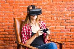 3d technologie, virtuele werkelijkheid, vermaak en mensenconcept - gelukkige jonge vrouw met virtuele werkelijkheidshoofdtelefoon Royalty-vrije Stock Fotografie