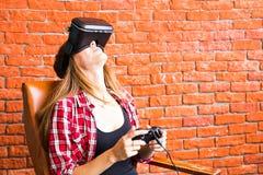 3d technologie, virtuele werkelijkheid, vermaak en mensenconcept - gelukkige jonge vrouw met virtuele werkelijkheidshoofdtelefoon Royalty-vrije Stock Foto's