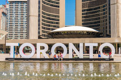 3D teken en Nathan Phillips Square van Toronto in Toronto, Canada Royalty-vrije Stock Fotografie